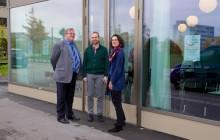 Urs W. Rechsteiner, Michael Weisshar und Barbara Winter (v.l.) vor dem Begegnungszentrum an der Ida-Sträulistrasse 91.